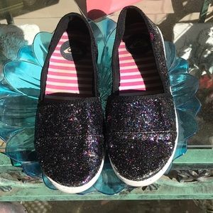 Multi colored sparkles on these Roxy slip on's!